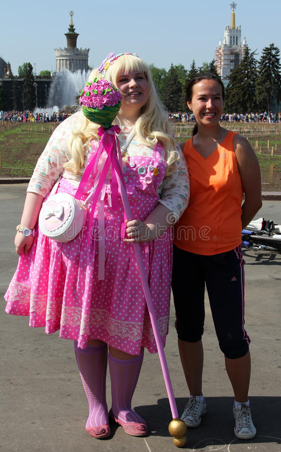 Zwei lächelnde schöne Mädchen an Cosplay-Festival lizenzfreies stockfoto