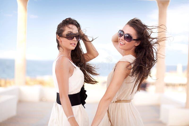 Zwei lächelnde Schönheiten lizenzfreies stockbild