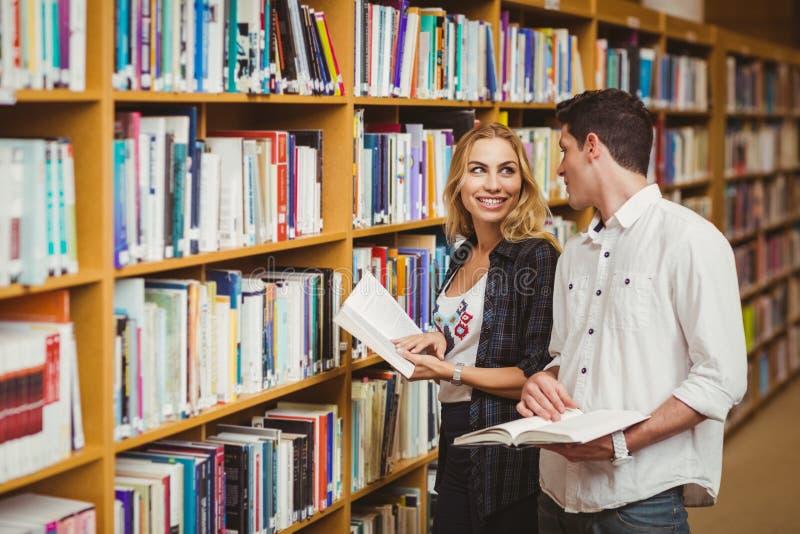 Zwei lächelnde Studenten, die zusammen flirten lizenzfreie stockfotografie