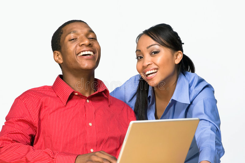 Zwei lachender Teenager mit Laptop-Horizontalem stockbild