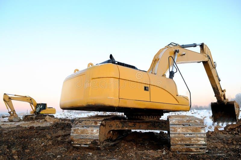 Zwei Ladevorrichtungsexkavatoren in im Tagebau im Winter lizenzfreie stockfotografie