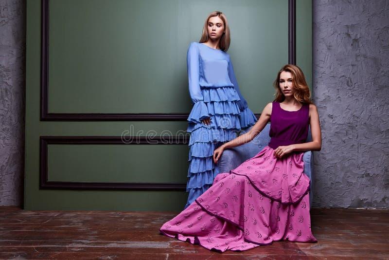 Zwei langes Kleid schöner sexy blonder Yang Abnutzung Frauendame hübscher stockfotos