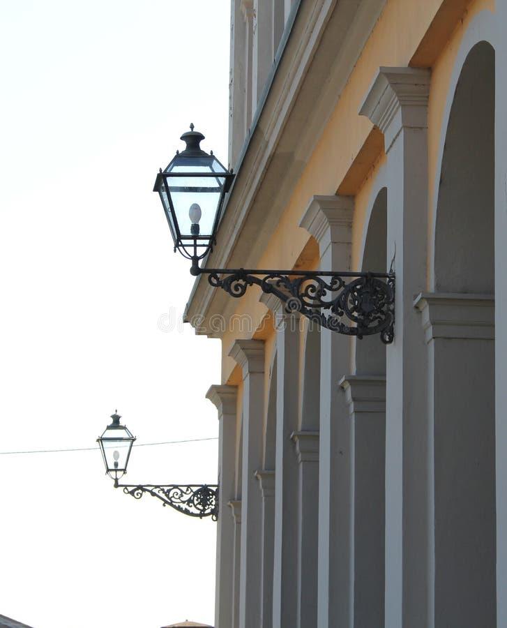Zwei Laternen an der geworfenen Klammer in der Stadt von Lucca, Italien stockbilder