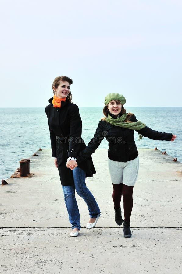 Zwei laufende jugendlich Mädchen lizenzfreies stockbild