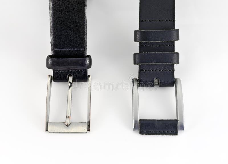 Zwei Ledergürtel mit metallischen Schnallen stockbilder