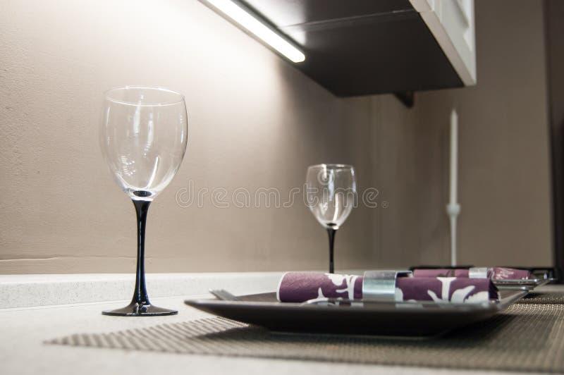 Zwei leere Gläser, Platten und Servietten auf der Tischplatte vorbereitet für das Mittagessen oder Abendessen lizenzfreie stockfotos