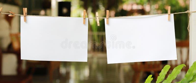 Zwei leere sofortige Fotos, die an einer Wäscheleine hängen stockbild