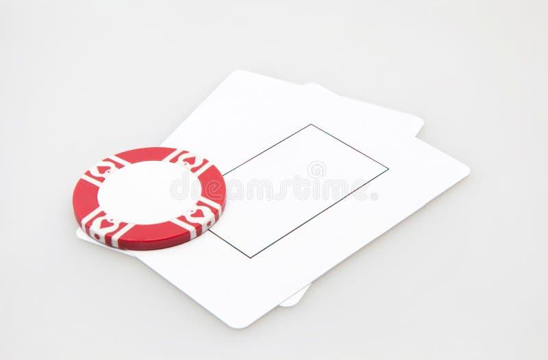 Zwei leere Spielkarten mit Kasinochip stockfoto