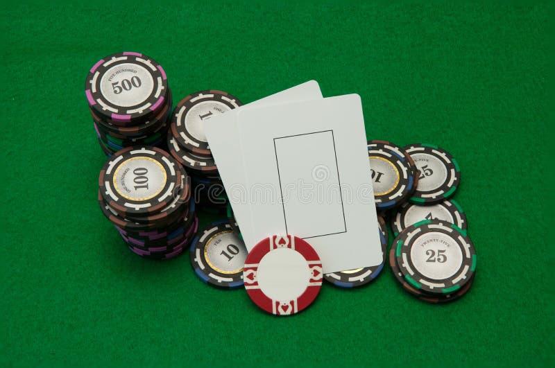 Zwei leere Spielkarten mit Stapeln des Kasinos bricht auf Grün ab stockfoto