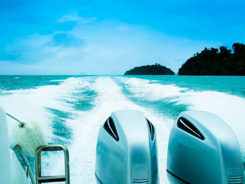 Zwei leistungsstarke Motoren auf dem Speedboat stockfotos
