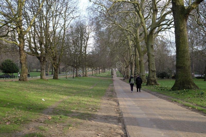 Zwei Leute, die in Hyde Park, London, Großbritannien gehen stockfoto