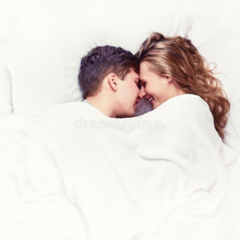 Heiße Blondine Nimmt Zwei Schwänze Im Bett