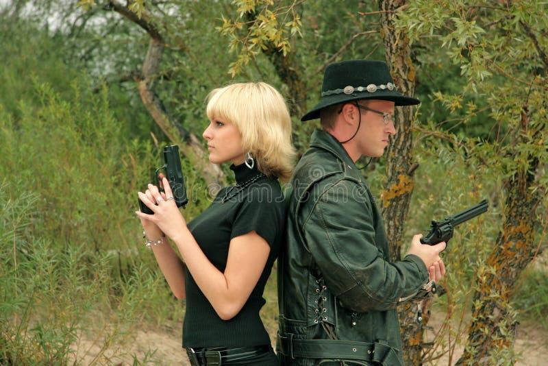 Zwei Leute mit Gewehren stockbilder