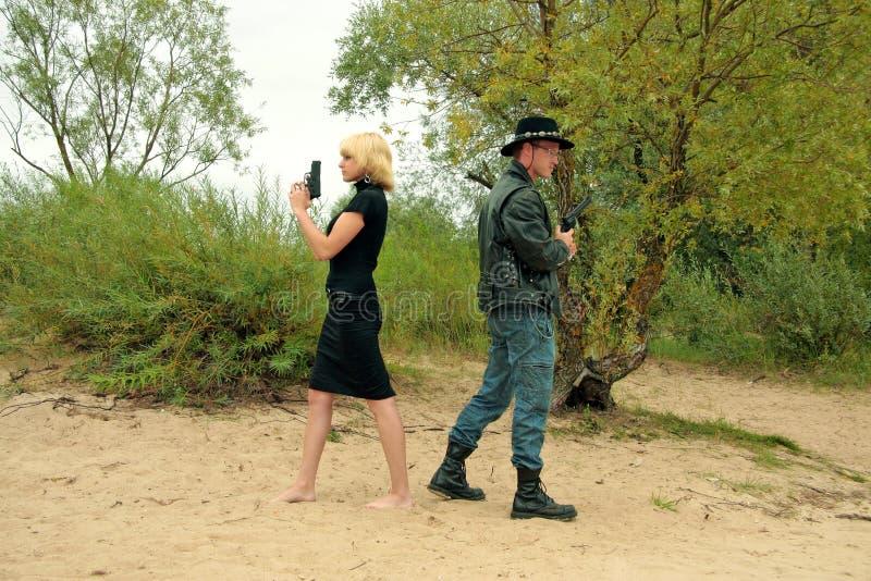 Zwei Leute mit Gewehren, Duell stockbild