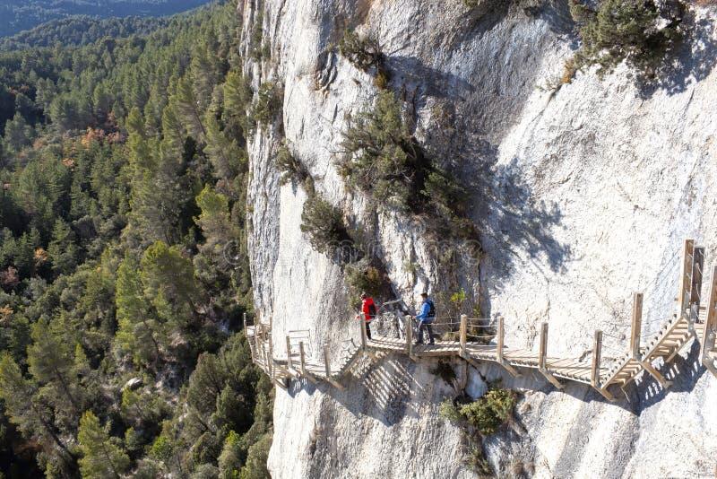 Zwei Leute in Montfalco-Fußweg im Berg stockfoto