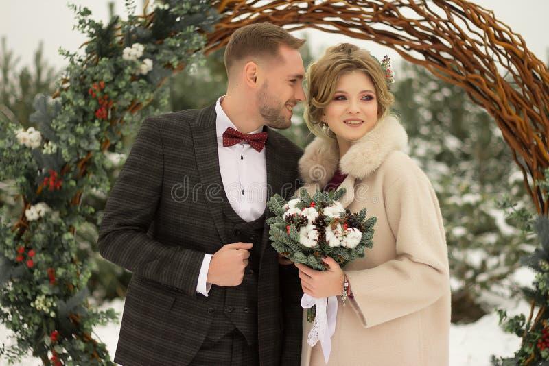 Zwei Liebhaber, ein Mann und eine Frau, eine Hochzeit im Winter Braut- und Bräutigamliebe gegen den Hintergrund des Dekors und de lizenzfreie stockbilder