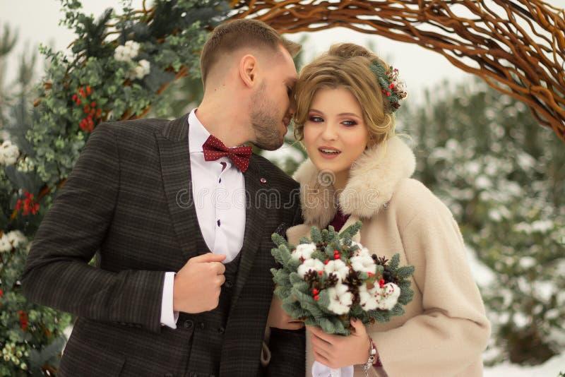 Zwei Liebhaber, ein Mann und eine Frau, eine Hochzeit im Winter Braut- und Bräutigamliebe gegen den Hintergrund des Dekors und de lizenzfreie stockfotografie