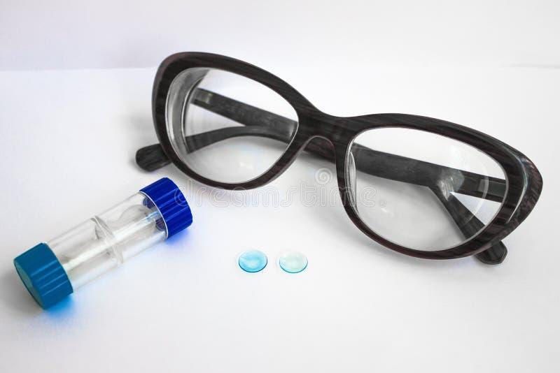 Zwei Linsen, ein Behälter und Gläser stockfoto