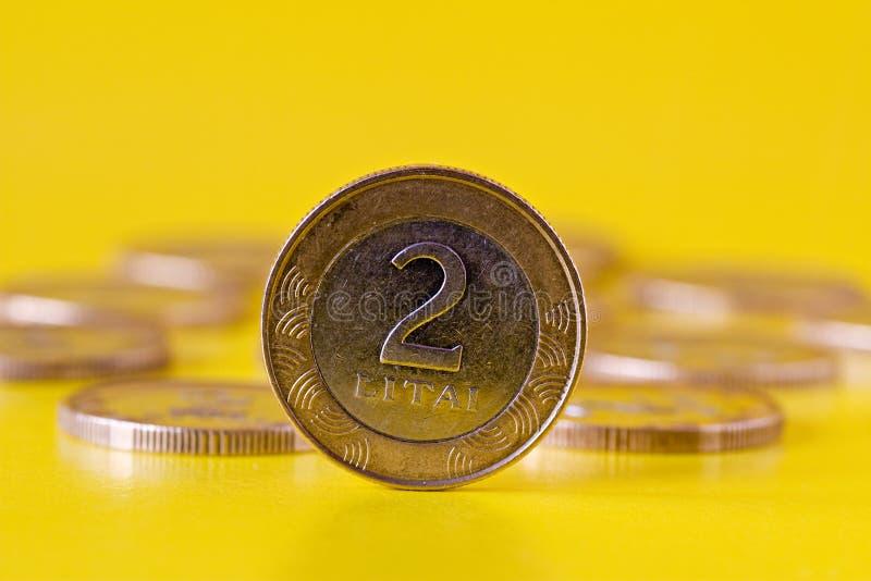 Zwei litas Münze stockbild