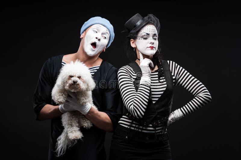 Zwei lustige Pantomimen, die rotes Herz halten lizenzfreie stockfotografie