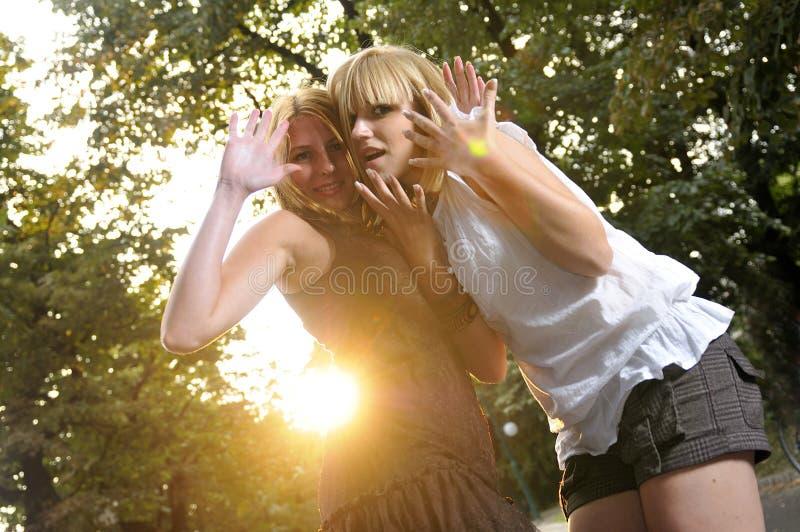 Zwei Mädchen außerhalb betriebsbereiten zur Party stockbild
