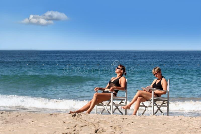 Zwei Mädchen auf dem Strand lizenzfreie stockbilder