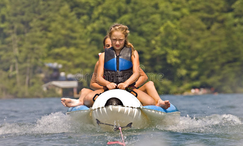 Zwei Mädchen auf einer Hin- und Herbewegung lizenzfreies stockbild