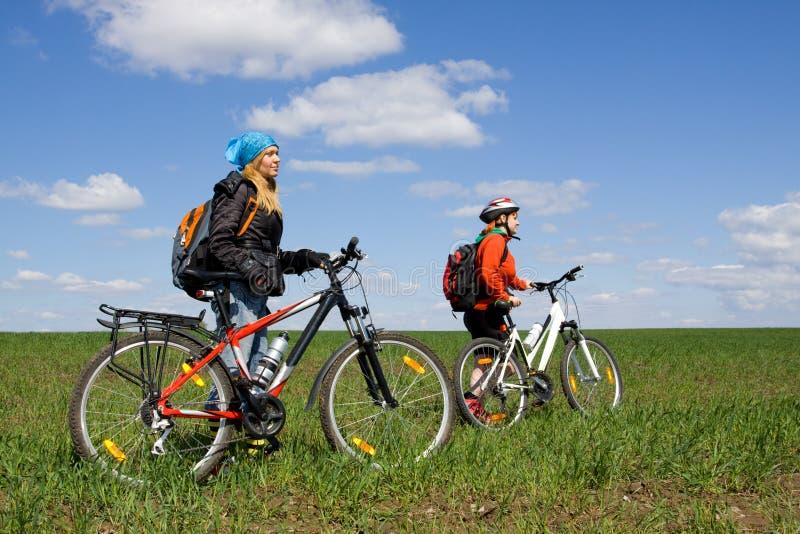 Zwei Mädchen auf Fahrrädern in der Landschaft. stockfotografie