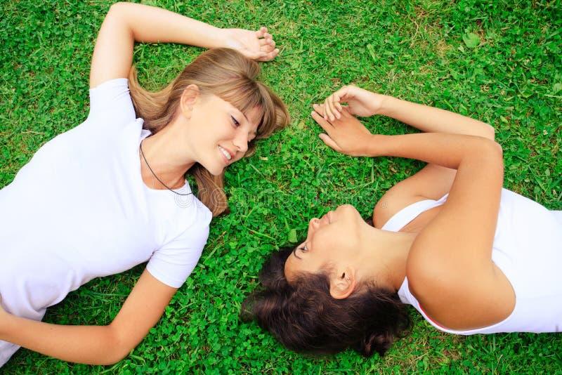 Zwei Mädchen auf grünem Gras stockfoto