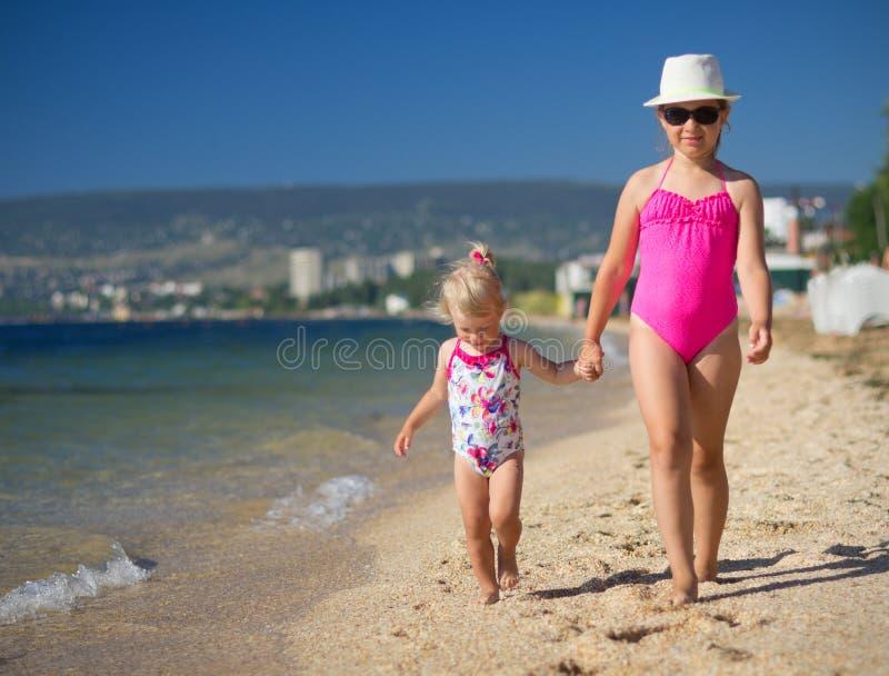 Zwei Mädchen auf Seeküste lizenzfreie stockfotos