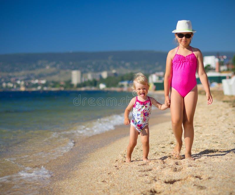 Zwei Mädchen auf Seeküste stockfoto