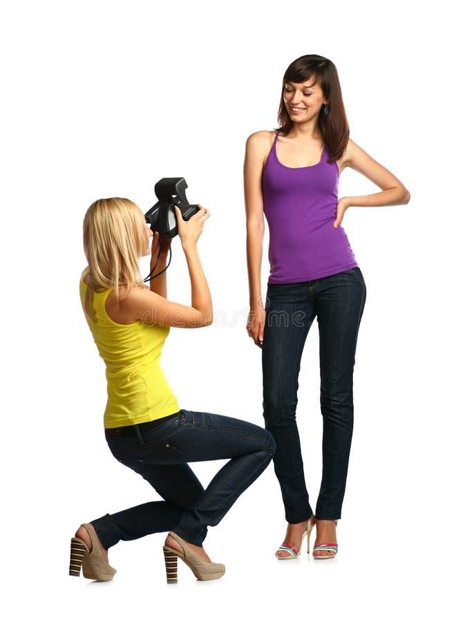 zwei Mädchen bilden Schnappschüsse lizenzfreie stockfotos