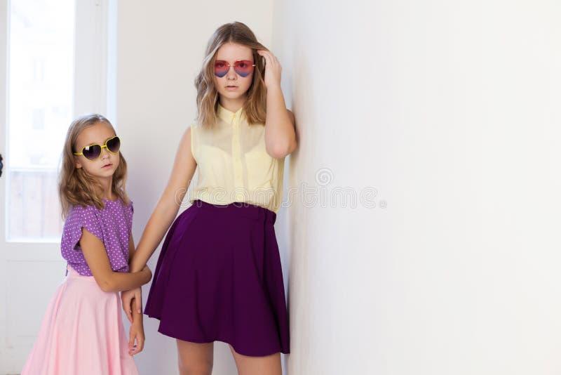 Zwei Mädchen in den Gläsern vom Sun in einem Reinraum stockbild