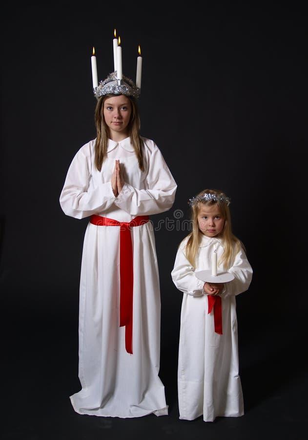 Zwei Mädchen in den weißen Roben stockfotografie