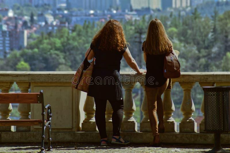 Zwei Mädchen in der Freizeit lizenzfreies stockfoto
