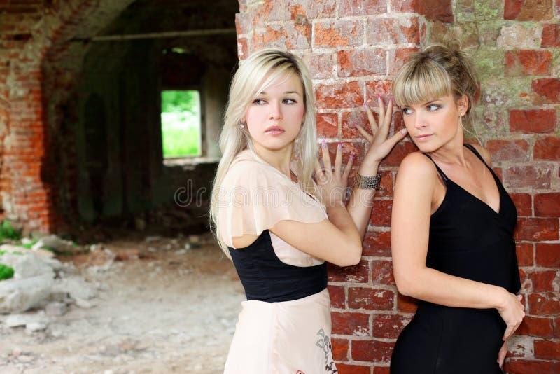 Zwei Mädchen an der Wand stockbilder