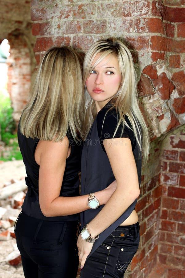 Zwei Mädchen an der Wand lizenzfreie stockfotografie