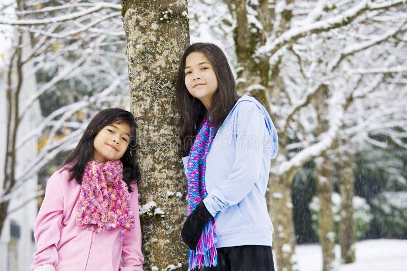 Zwei Mädchen in der Winterszene lizenzfreie stockfotos
