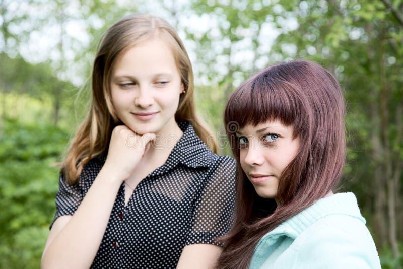 Zwei Mädchen des Nachmittages des Jugendlichen im Frühjahr lizenzfreies stockfoto