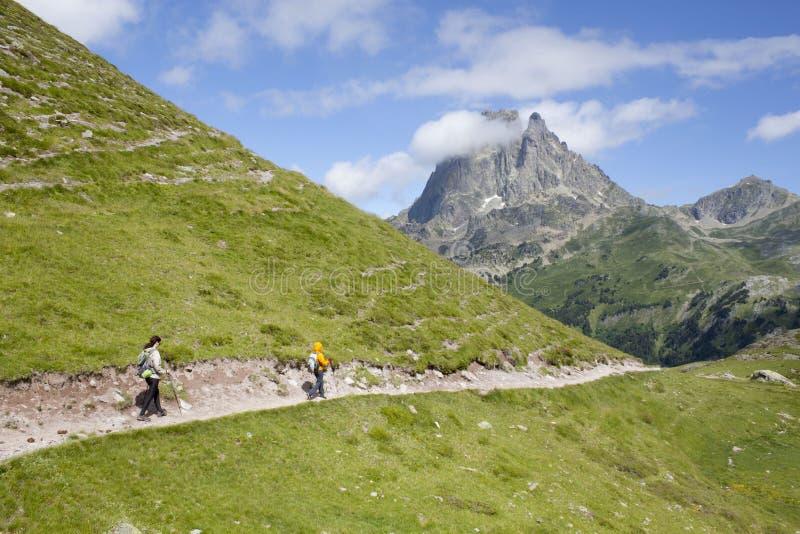 Zwei Mädchen, die in den Ayous Seen Pyrenäen wandern lizenzfreie stockfotos