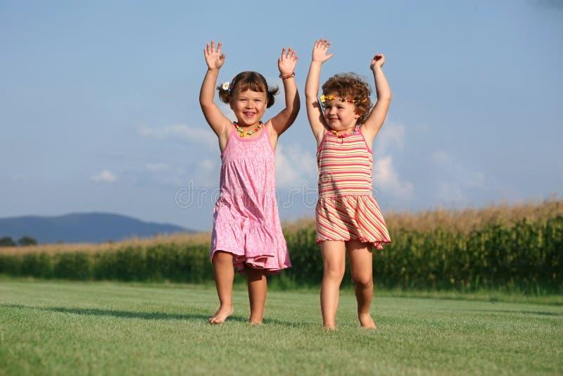Zwei Mädchen, die draußen spielen stockfoto