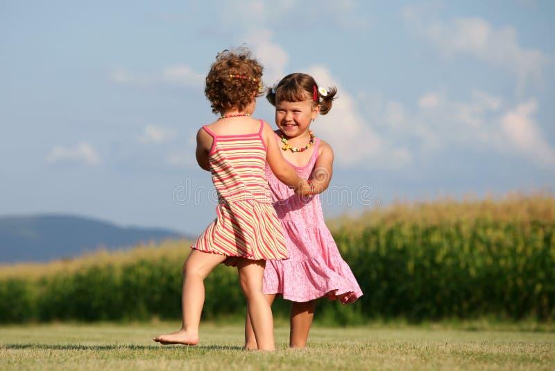 Zwei Mädchen, die draußen spielen lizenzfreie stockfotografie