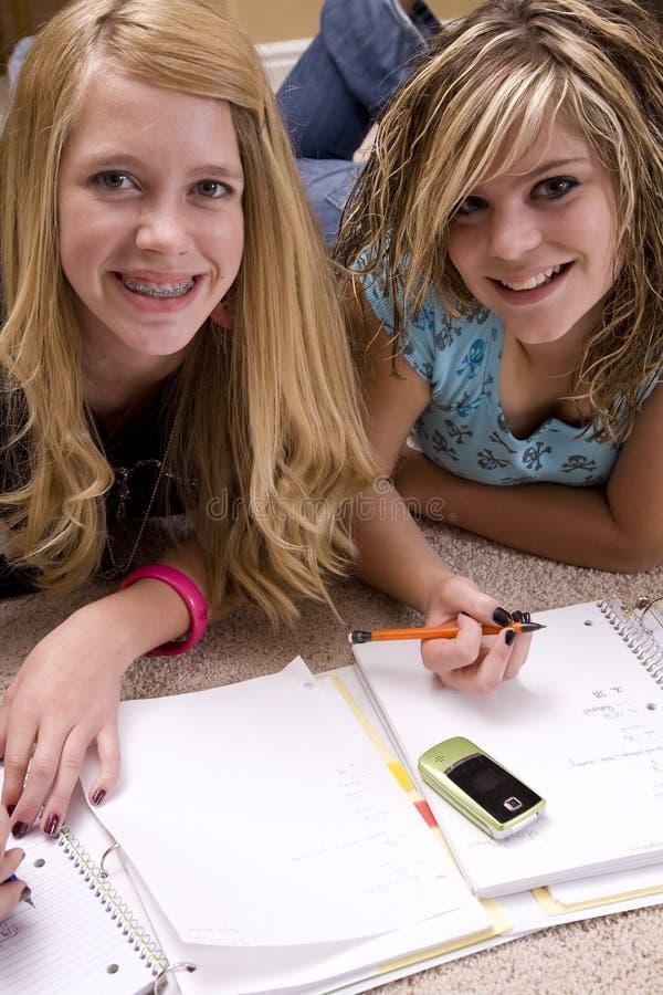 Zwei Mädchen, die Heimarbeit tun lizenzfreies stockfoto