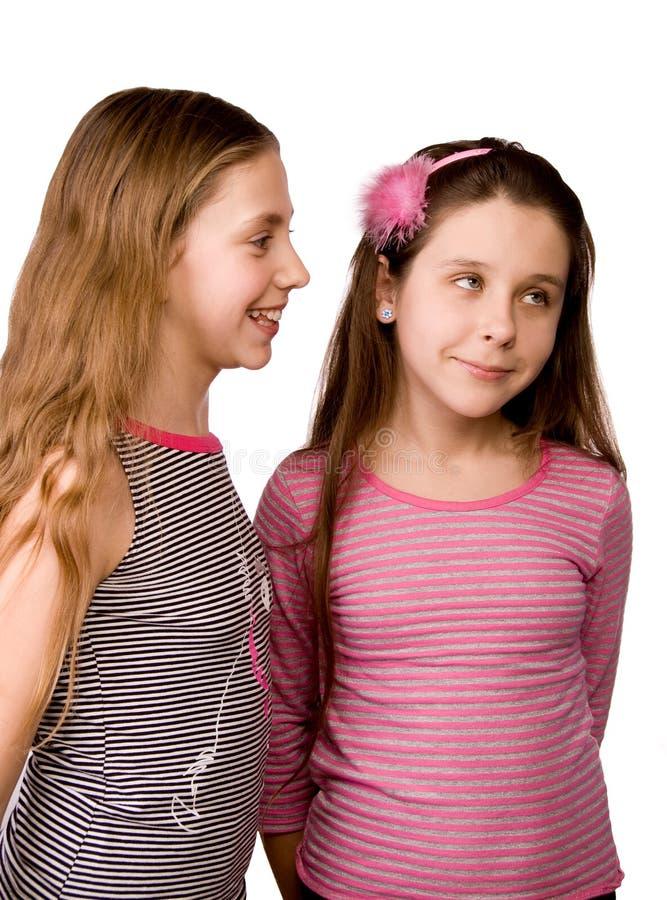Zwei Mädchen, die Ideen teilen lizenzfreies stockfoto