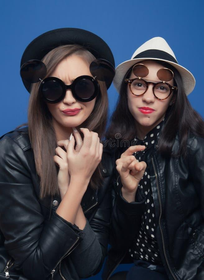 Zwei Mädchen, die im Fotostiefel aufwerfen stockbilder