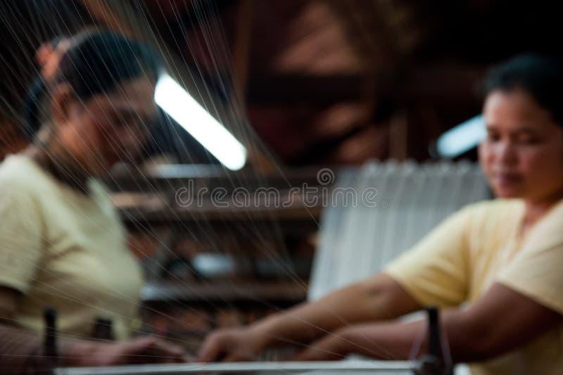 Zwei Mädchen, die silk Stoff machen lizenzfreie stockfotografie