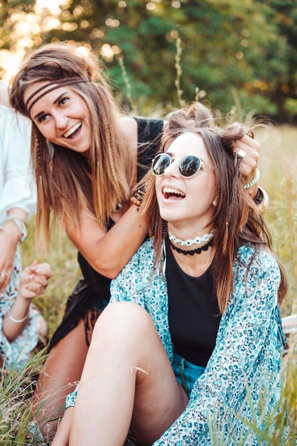 Zwei Mädchen, die Spaß in der Natur haben lizenzfreies stockfoto