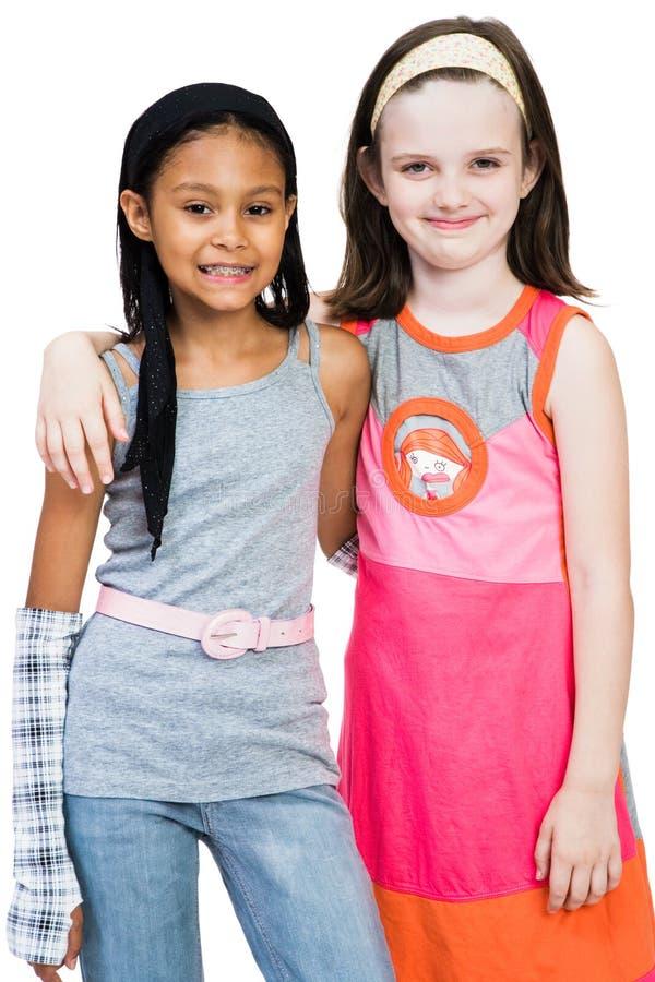Zwei Mädchen, die zusammen stehen stockfotografie