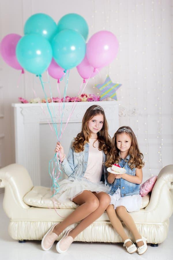 Zwei Mädchen feiern Geburtstag lizenzfreies stockbild