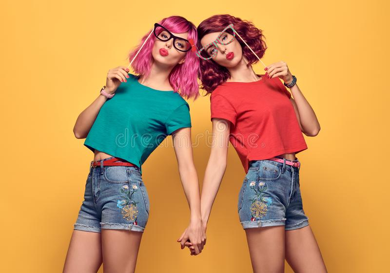Zwei Mädchen-Hippie-Freunde, die Spaß mit Stützen haben stockfotografie